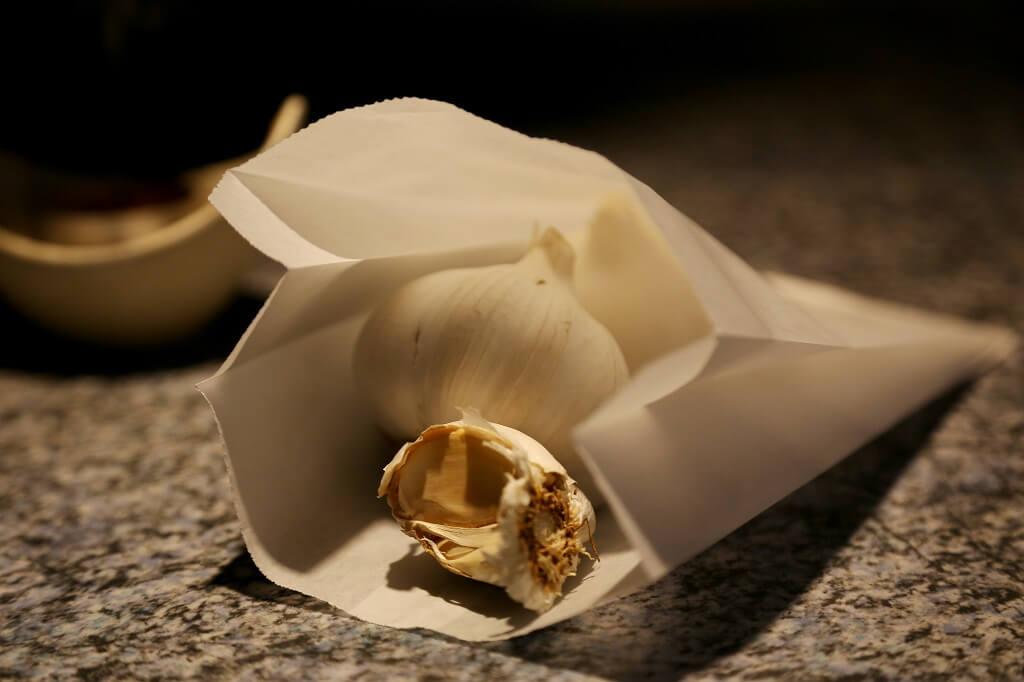 Knoblauch in einer Papiertüte lagern