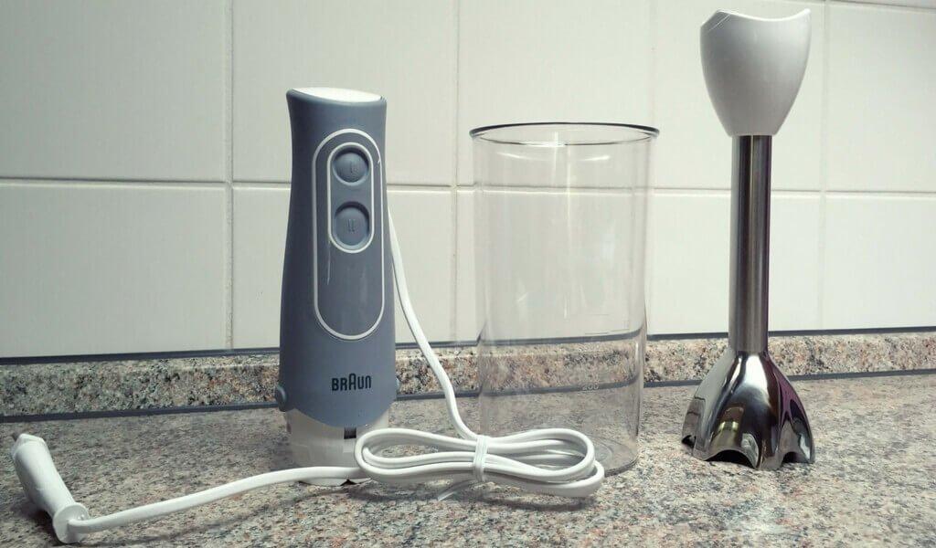 Stabmixer, Messbecher und Mixstab in der Küche